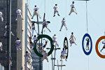 Акробаты в воздухе на Олимпийских кольцах