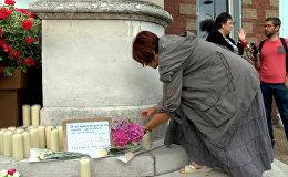 СПУТНИК_Теракт в пригороде Руаны: мемориал из свечей и обращение к нации Олланда