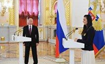 Президент России Владимир Путин и двукратная олимпийская чемпионка Елена Исинбаева