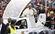 Папа Римский Франциск приветствует верующих