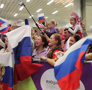 СПУТНИК_Болельщики спели Катюшу российским олимпийцам в аэропорту Рио-де-Жанейро
