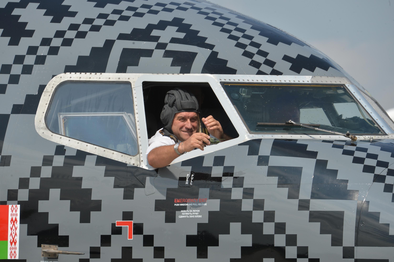 Пилот самолета Wot-Belavia с танкистским шлемом