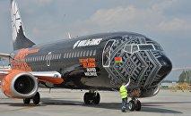 Брендированный компанией Wargaming Боинг в минском аэропорту