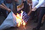СПУТНИК_Протестующие сожгли флаг США перед военной базой НАТО в Турции