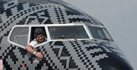 В черной ливрее: селфи в двигателе, с пилотом и в фуражке