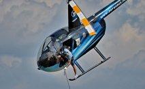 Участники Развозки грузов балансировали на рельсах вертолета, рискуя жизнью.