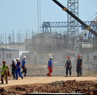 Рабочие возвращаются со смены на строящейся Белорусской АЭС