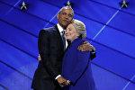 Барак Обама обнимает кандидата в президенты США от демократической партии Хиллари Клинтон