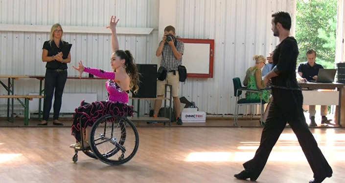 Под Минском инвалиды-колясочники прыгнули спарашютом втандеме