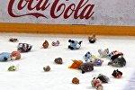 Мягкие игрушки от болельщиков Динамо полетели на лед после первого периода: почти 12 тысяч зрители устроили так называемый зубролет