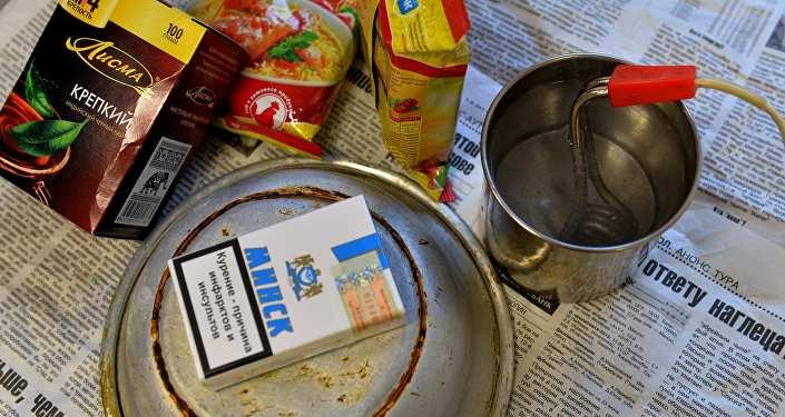 Пачка чая, лапша быстрого приготовления и сигареты