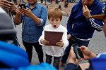 Мальчик с планшетом ловит покемонов