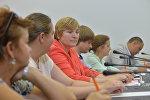 Представители Минторга, Ассоциации розничных сетей и общества защиты прав потребителей в МПЦ Sputnik Беларусь