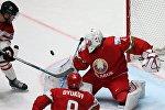 Игрок сборной Канады Тейлор Холл (слева) и вратарь сборной Беларуси Дмитрий Мильчаков (справа)
