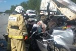 Из покореженного автомобиля погибших вырезали спасатели