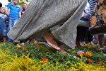 Верующие снимали обувь и босиком ходили по ковру из свежесрезанных цветов