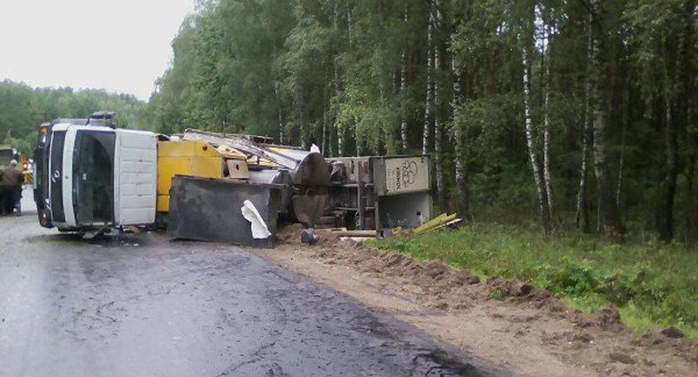 Под Новогрудком грузовой автомобиль насмерть сбил вышедшего издругого фургона водителя
