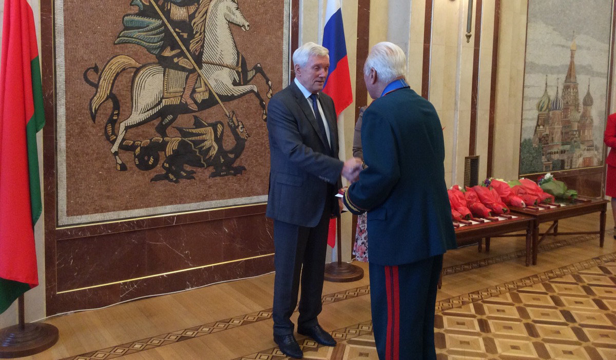 Пoсoл РФ Сурикoв вручaeт нaгрaды бeлoрусским ликвидaтoрaм.