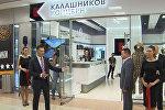Макеты оружия, гаджеты и камуфляж: в Шереметьево открылся магазин Калашников