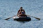 Отдыхающие на лодке