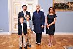 Даля Грибаускайте (в центре) и Андрюс Пулокас с женой и детьми
