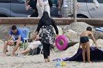Мусульманка в буркини на пляже