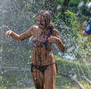 Игроки после футбола принимают душ