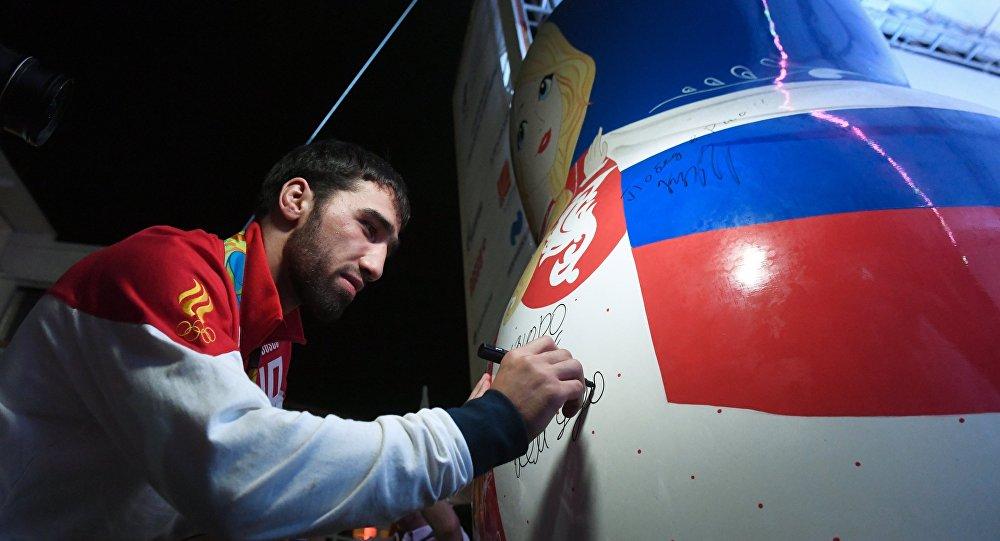 Самолет сосборной РФ немог вылететь изРио из-за огромной матрешки