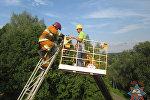 Спасатель помогает застрявшему рабочему