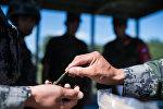 Военнослужащие во время получения боеприпасов на огневом рубеже, архивное фото