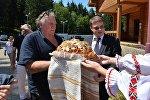 Жерар Депардье посещает агрогородок под Минском
