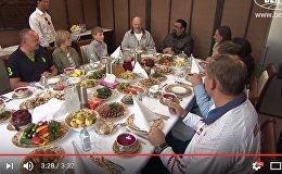 Александр Лукашенко угощает Стивена Сигала