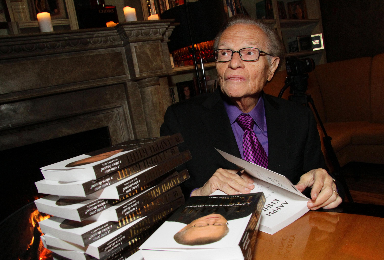 Американский телеведущий Ларри Кинг раздает автографы