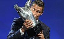Роналду во время награждения в Монако