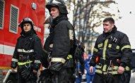 Сотрудники пожарной службы на тушении возгорания, архивное фото