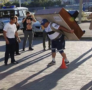 СПУТНИК_Челябинский силач пронес на спине пианино весом 280 килограммов