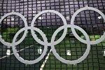 Олимпийские кольца на спортивном объекте в Рио-де-Жанейро