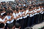 Люди на траурной церемонии похорон президента Узбекистана Каримова в Самарканде