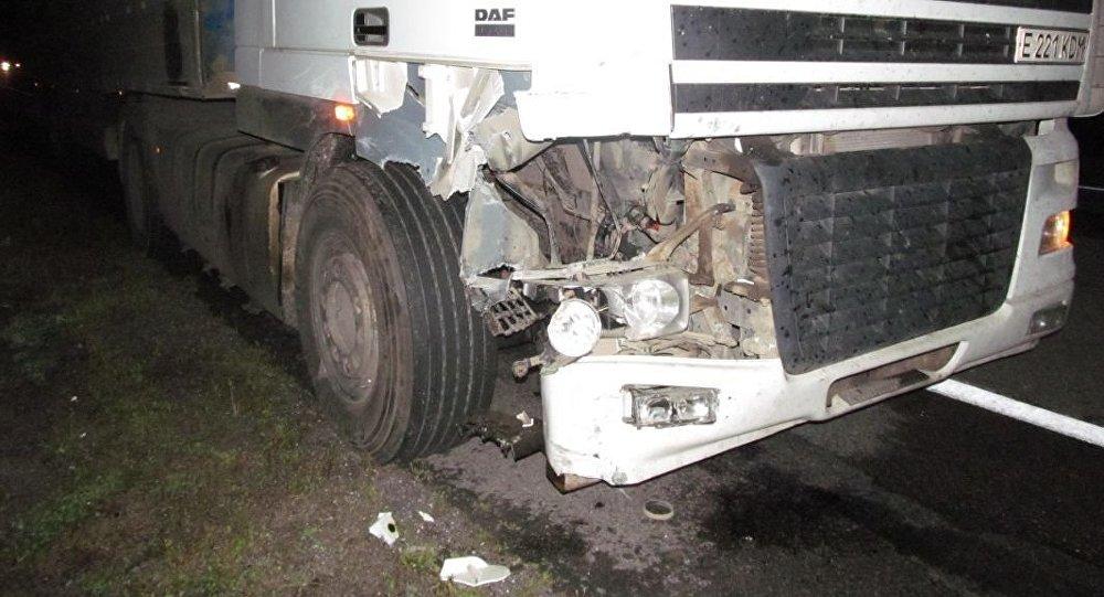 Натрассе М3 шофёр мопеда спассажиркой выехал навстречную под фуру
