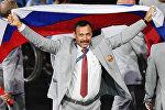 Директор Республиканского центра олимпийской подготовки по легкой атлетике Андрей Фомочкин с флагом России