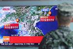 Солдат смотрит репортаж о сейсмической активности в КНДР