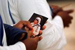 Изображение Матери Терезу в руках у верующего