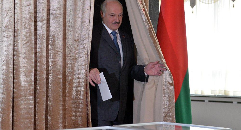 Лукашенко пришел навыборы вместе ссыном Колей