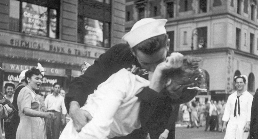 ВСША ушла изжизни участница именитого снимка «Поцелуй наТаймс-сквер»