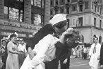 Моряк и медсестра страстно целуются на Таймс-сквер в Манхэттене