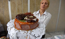В торте три слоя сыровяленой колбасы и столько же сала, архивное фото