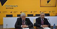 Заместитель председателя Мажилиса парламента Казахстана Владимир Божко (слева) и заместитель генсека Совета МПА СНГ Халель Бакенов (справа)