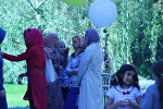 Молодые мусульманки собрались у мечети на праздник