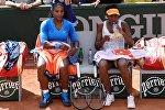 Американские теннисистки Серена (слева) и Винус Уильямс