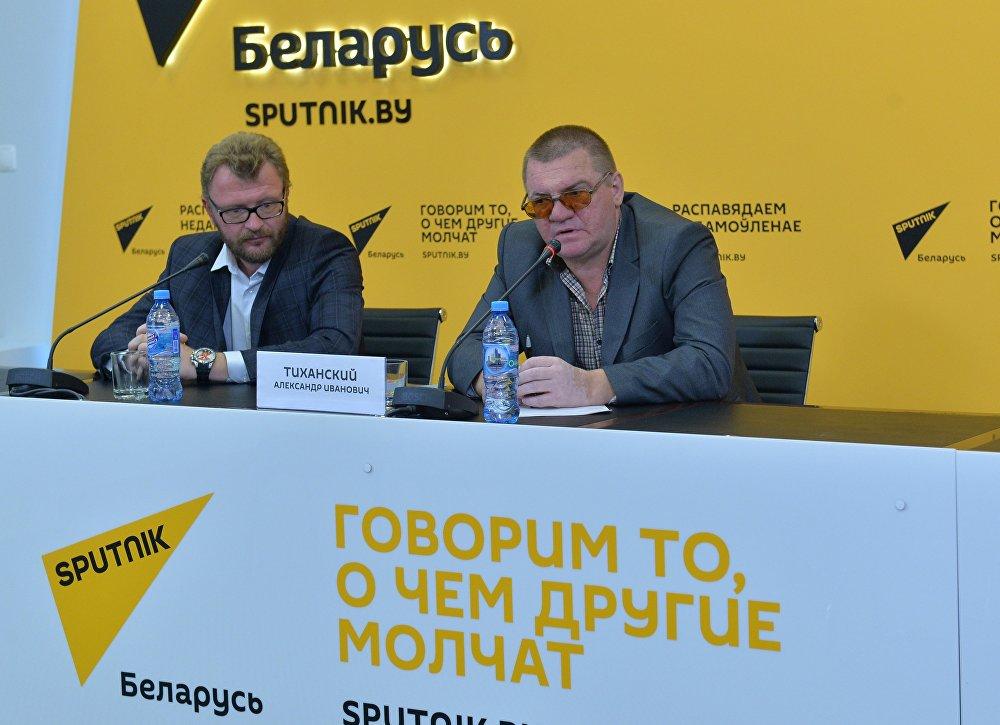 Политолог Александр Тиханский (справа)